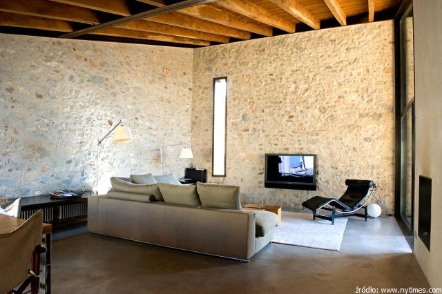 salon ze ścianą kamienną