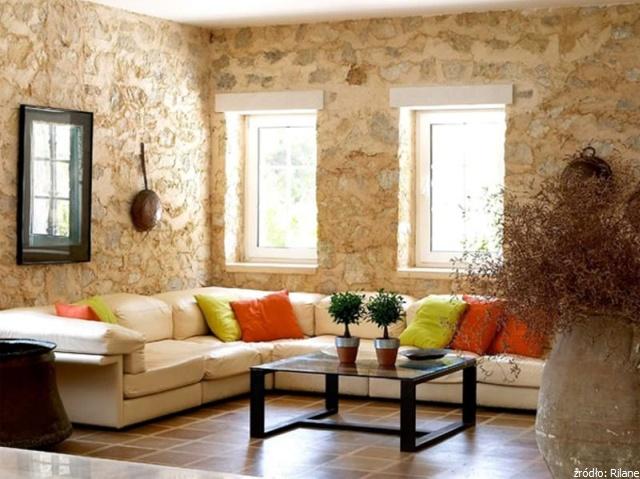 salon z kamienną ścianą