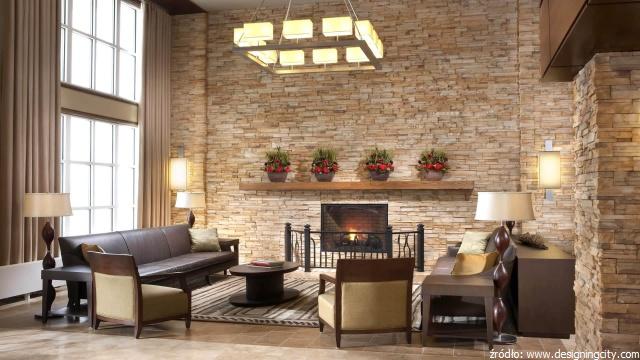 ściana z kamienia umieszczona w salonie