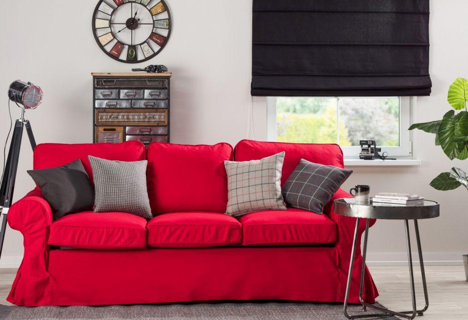 pokrowiec na sofę o wyrazistych kolorach