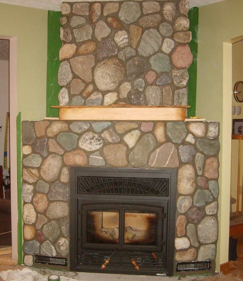 kominek wykończony w kamieniu dekoracyjnym