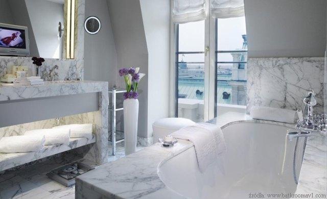łazienka w jasnym marmurze