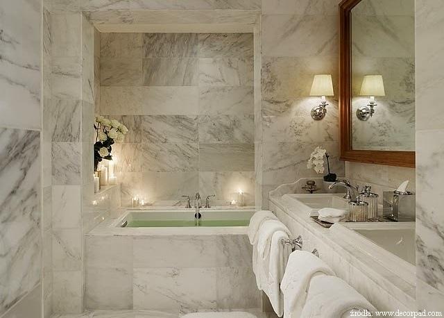 łazienka wykonana w jasnym marmurze