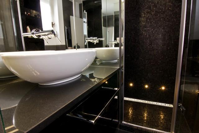 łazienka z prysznicem bez brodzika